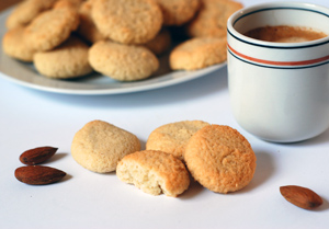 Low-carb almond biscuits - amaretti